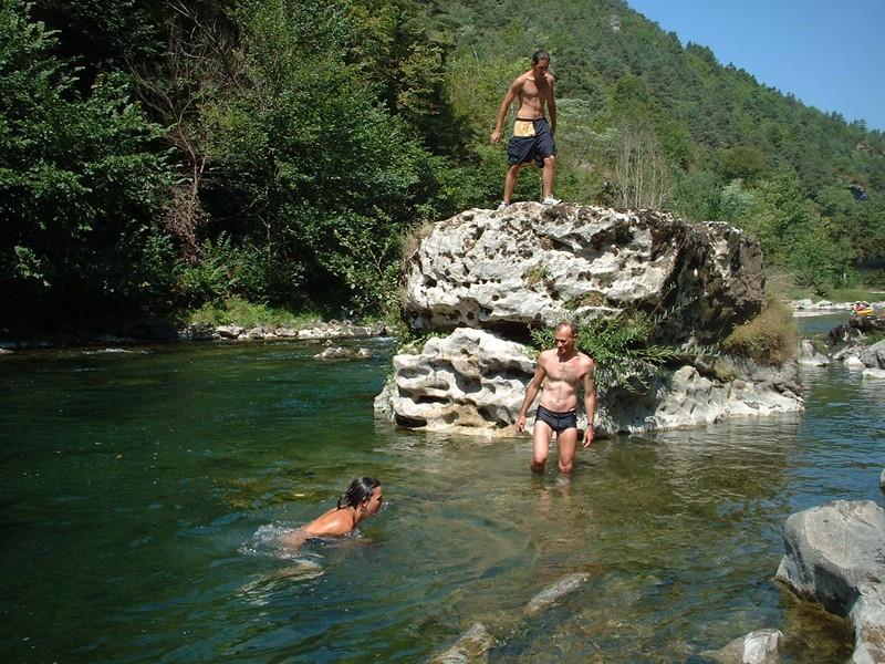 Gites la cerise qui rit gite millau gite gorges du tarn for Camping dans les gorges du tarn avec piscine